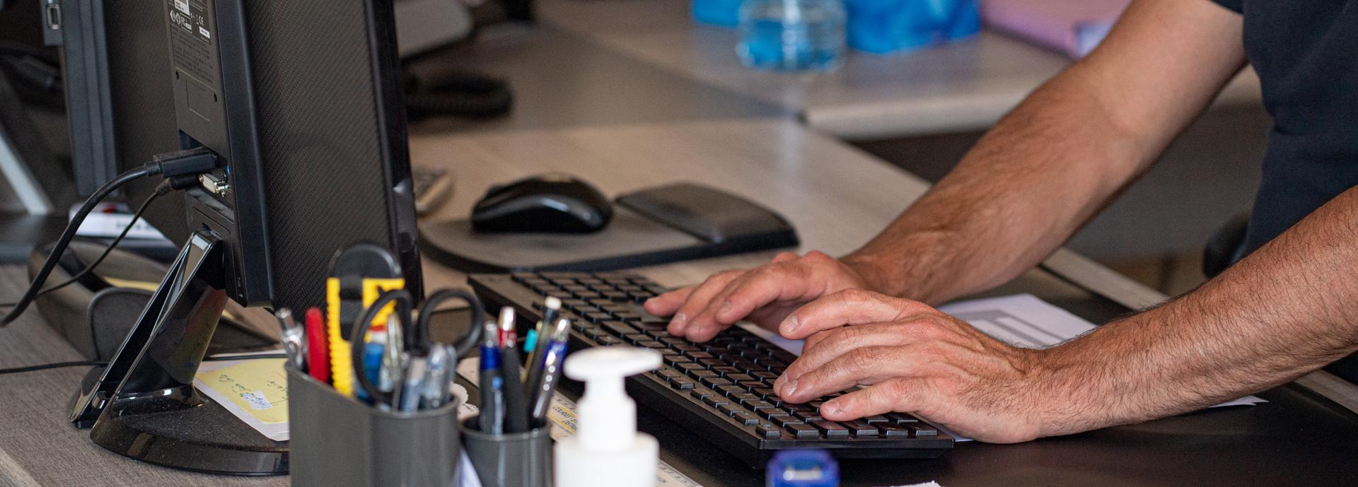 Collaborateu Iso Partner se servant de son clavier d'ordinateur