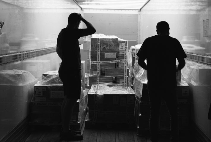 Collaborateurs Iso Partner déchargeant les marchandises d'un camion